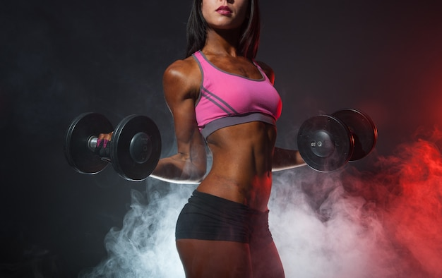 Amerykanin afrykańskiego pochodzenia kobieta w gym