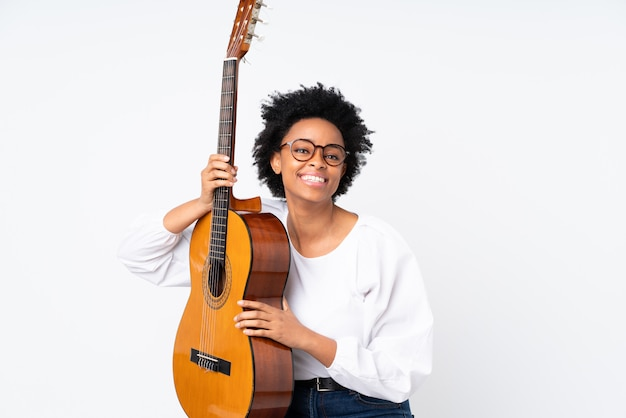 Amerykanin afrykańskiego pochodzenia kobieta z gitarą nad odosobnioną ścianą