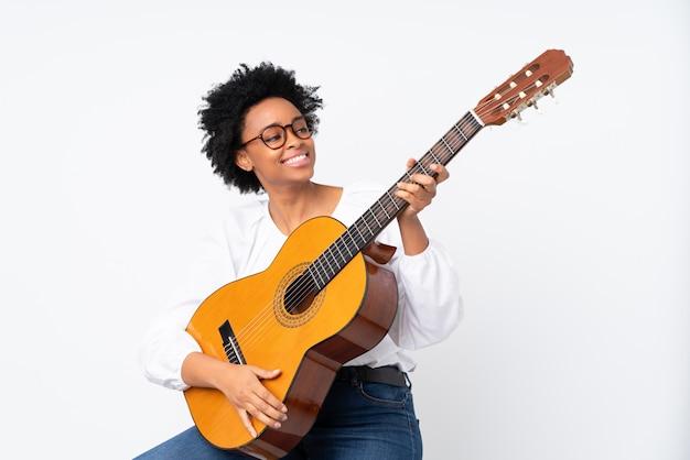 Amerykanin afrykańskiego pochodzenia kobieta z gitarą