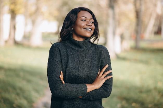 Amerykanin afrykańskiego pochodzenia kobiety szczęśliwy outside w parku