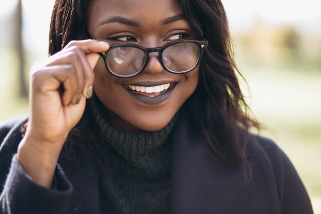 Amerykanin afrykańskiego pochodzenia kobiety uśmiechnięty portret