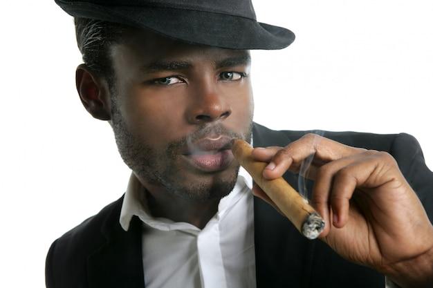 Amerykanin afrykańskiego pochodzenia mężczyzna palenia cygara portret