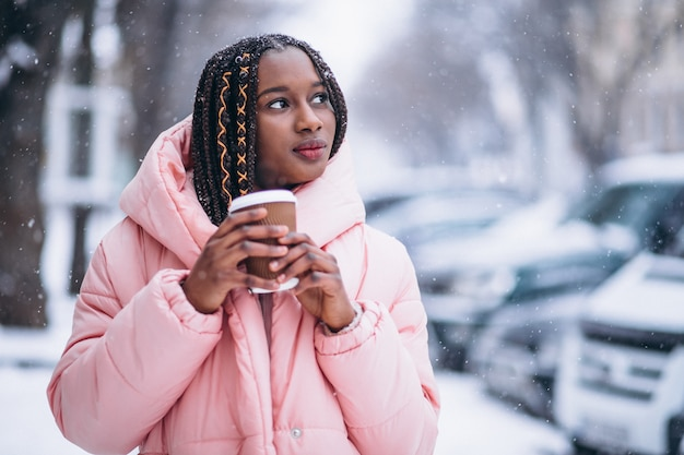 Amerykanin afrykańskiego pochodzenia pije kawę na zima dniu
