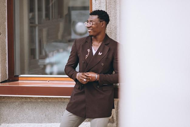 Amerykanina afrykańskiego pochodzenia biznesowy mężczyzna w kostiumu