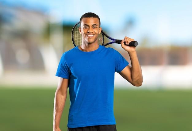 Amerykanina afrykańskiego pochodzenia gracz w tenisa mężczyzna przy outdoors