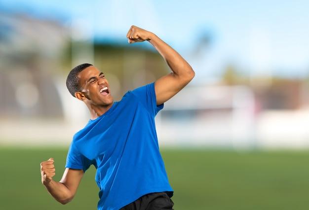 Amerykanina afrykańskiego pochodzenia gracza futbolu mężczyzna przy outdoors