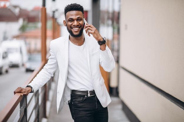 Amerykanina afrykańskiego pochodzenia mężczyzna używa telefon