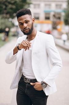 Amerykanina afrykańskiego pochodzenia mężczyzna w białej kurtce