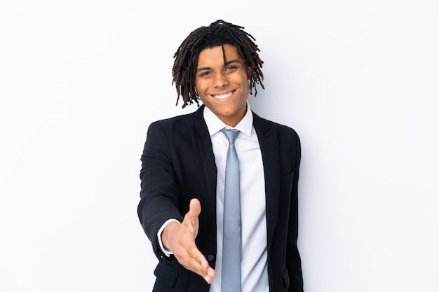 Amerykanina afrykańskiego pochodzenia młody biznesowy mężczyzna nad biel ścianą