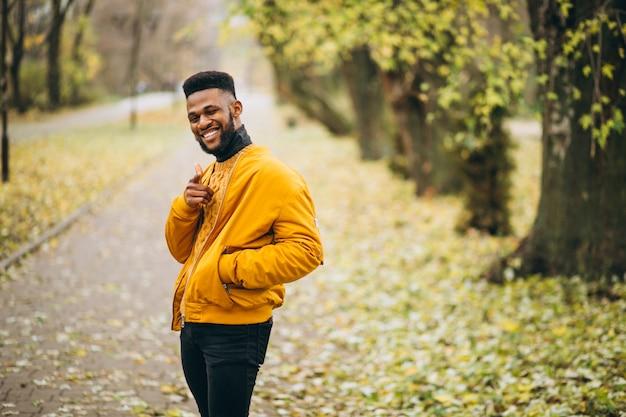 Amerykanina afrykańskiego pochodzenia studencki odprowadzenie w parku