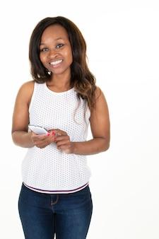 Amerykanina afrykańskiego pochodzenia szczupła ciało kobieta używa mądrze telefon