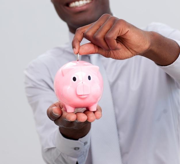 Amerykanina biznesmena oszczędzania pieniądze w piggybank
