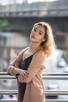 Amerykanka w mieście. profesjonalny model w mieście podczas zachodu słońca. piękna blond włosa kobieta w bangkoku.