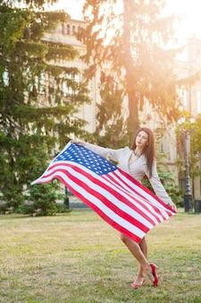 Amerykańska flaga i kobieta th lipca