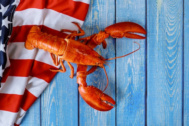 Amerykańska flaga macha w pyszne amerykańskiego homara na kolację american holiday