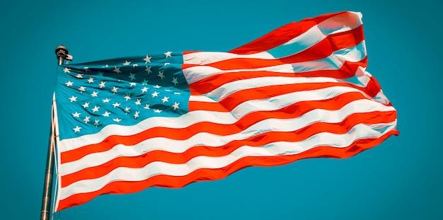 Amerykańska flaga na błękitnym niebie, usa, specjalna obróbka fotograficzna.