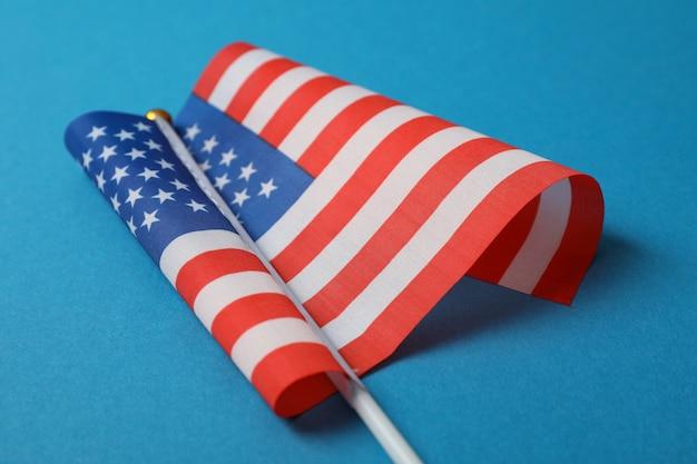 Amerykańska flaga na niebieskiej powierzchni