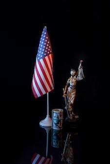 Amerykańska flaga z dolarami i themis na odblaskowej powierzchni