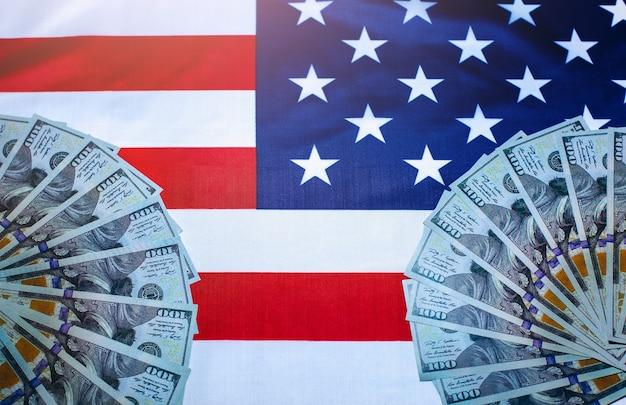 Amerykańska flaga z dolarami na nim. system korupcji. zmiany polityczne w usa.