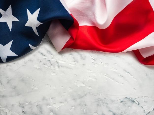 Amerykańską flagę leżącą na pustym stole. miejsce na twój napis.