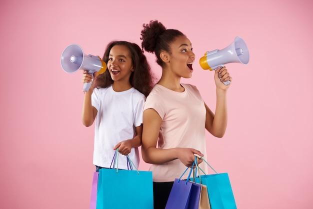 Amerykańska Kobieta I Mała Dziewczynka Nadają W Megafonie Premium Zdjęcia