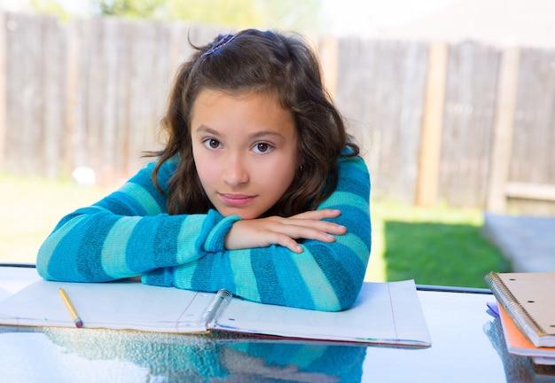 Amerykańska łacińska nastoletnia dziewczyna robi pracie domowej na podwórku