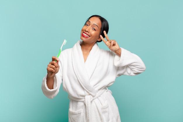 Amerykańska ładna kobieta. świętując triumf jak zwycięzca koncepcji szczoteczki do zębów
