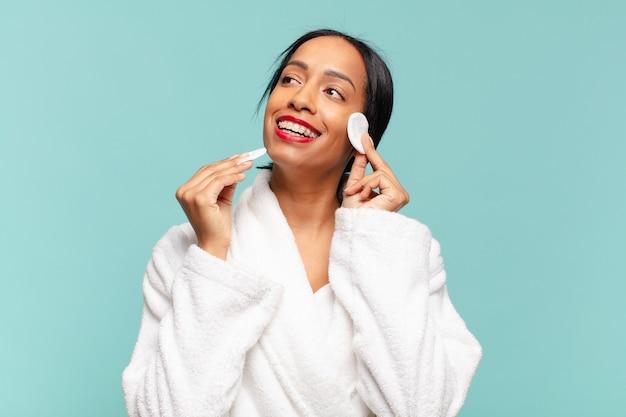 Amerykańska ładna kobieta. szczęśliwy i zaskoczony wyraz twarzy. koncepcja makijażu