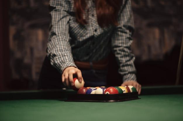 Amerykańska torebka bilardowa. trójkąt kule bilardowe. człowiek przygotowuje się do rozpoczęcia gry w bilard.