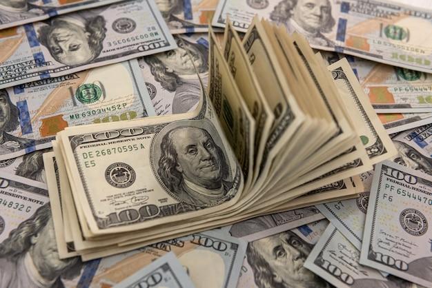 Amerykański banknot sto dolarów jako tło, koncepcja finansowa