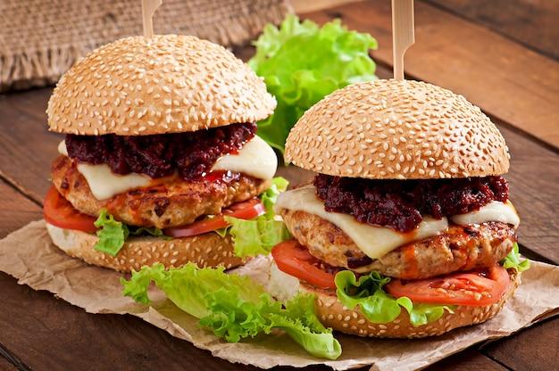 Amerykański burger z kurczakiem i boczkiem, domowy sos do grilla