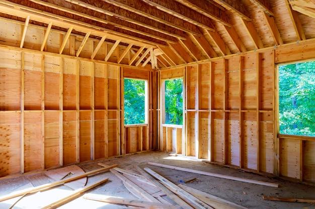 Amerykański drewniany dom w belkach widok wewnętrznej konstrukcji szkieletowej budynku na nowej konstrukcji szkieletowej w trakcie budowy