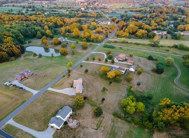 Amerykański krajobraz piękne pola uprawne w stodole domu wsi ohio widok z lotu ptaka