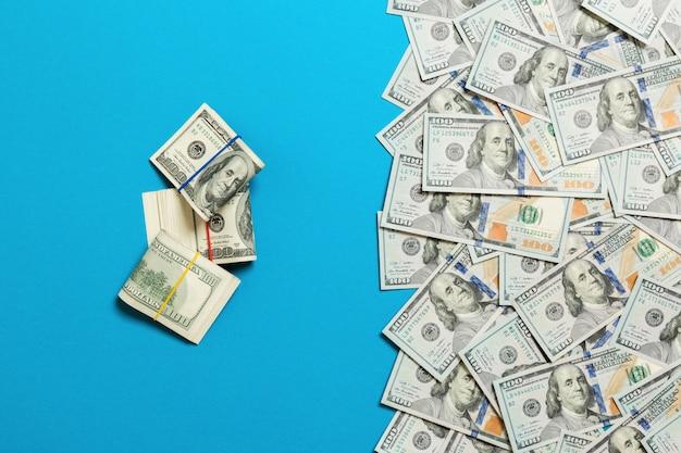 Amerykański pieniądze na błękitnym odgórnym widoku