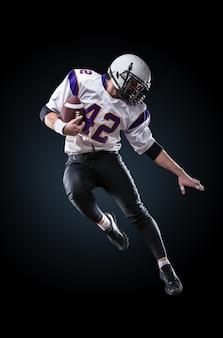 Amerykański piłkarz w akcji. skok wzwyż z futbolu amerykańskiego