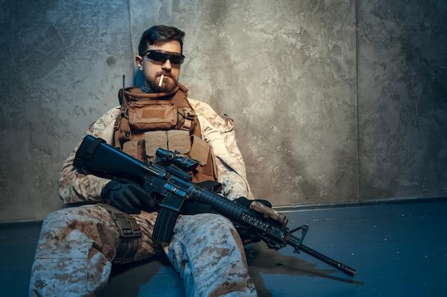 Amerykański prywatny wojskowy kontrahent trzyma karabin.