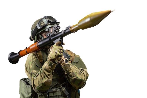 Amerykański żołnierz celuje w celownik rpg na białym tle. pojęcie wojskowych operacji specjalnych. różne środki przekazu