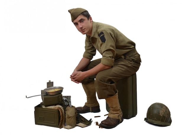 Amerykański żołnierz siedzi na jerrycan