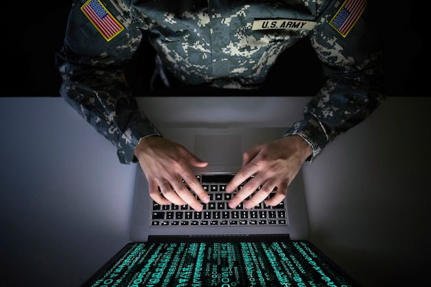 Amerykański żołnierz w mundurze wojskowym zapobiegający cyberatakowi w wojskowym centrum wywiadowczym