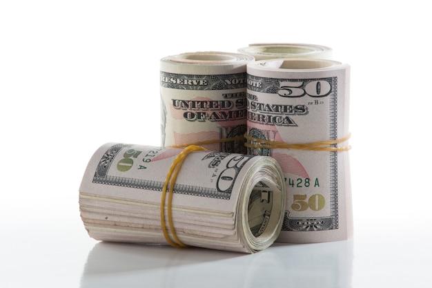 Amerykańskie banknoty pięćdziesięciodolarowe zwinięte gumką