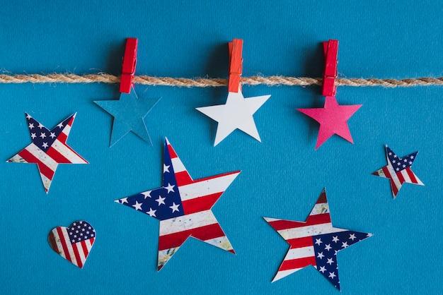 Amerykańskie gwiazdy patriotyczne na niebieskim tle