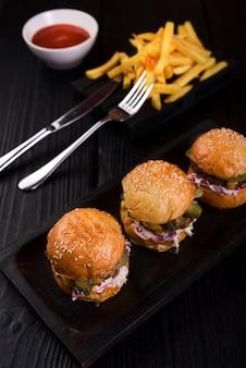 Amerykańskie hamburgery fast food gotowe do podania