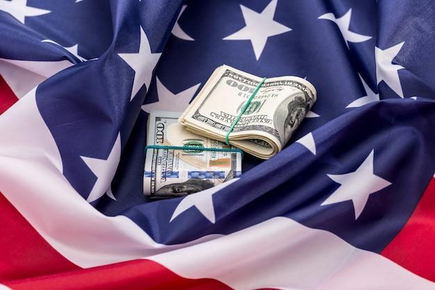 Amerykańskie pieniądze - dolar amerykański na fladze ameryki