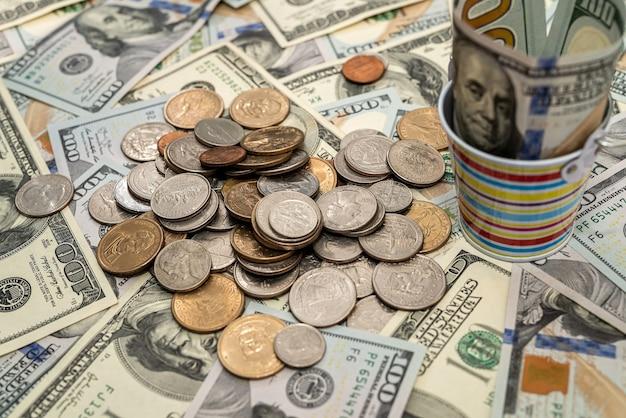 Amerykańskie pieniądze dolarowe i monety