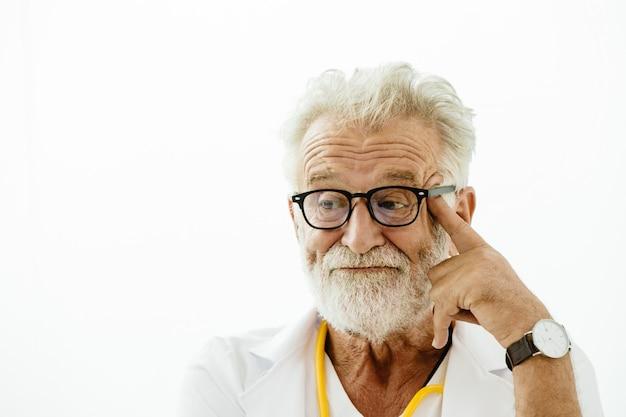 Amerykańskie starsze siwe włosy, głupi doktor nudny nerwowy wyraz lub senne oczy myślące nastrój.