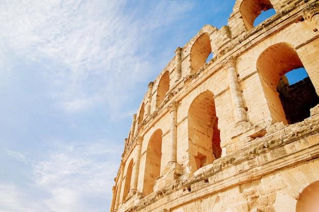 Amfiteatr el djem, najbardziej imponująca rzymska pozostałość w afryce. mahdia, tunezja. światowego dziedzictwa unesco.