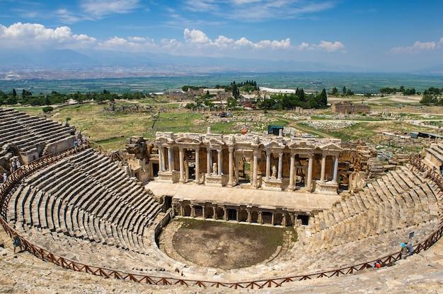 Amfiteatr rzymski w ruinach hierapolis, w pamukkale, turcja