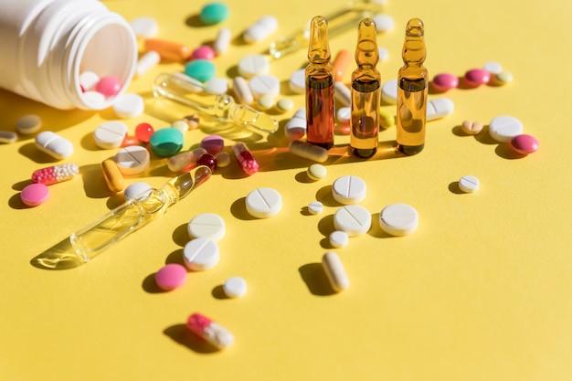 Ampułki medyczne, butelki i pigułki z butelki