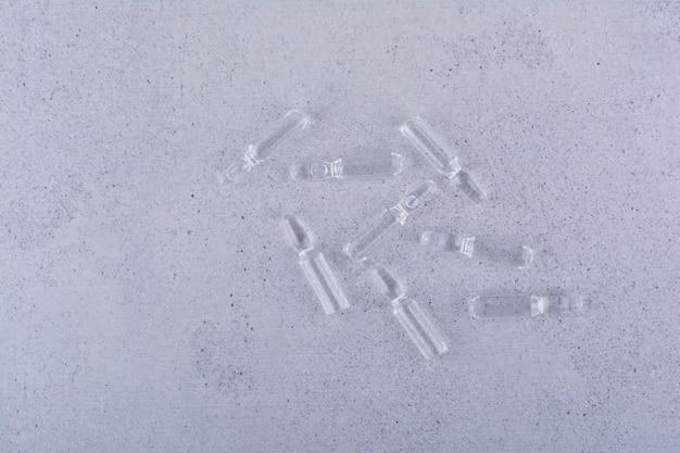 Ampułki medyczne stojące na marmurowym tle. zdjęcie wysokiej jakości