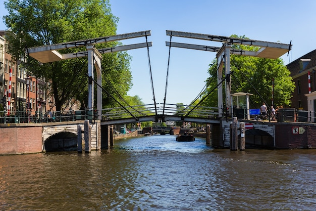Amsterdam, holandia, europa, 1 września 2021 tradycyjne stare wąskie domy łodzie i kanały w amsterdamie, stolicy holandii.